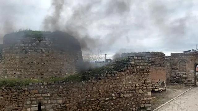 tarihi surlar tinerciler tarafından ateşe verildi
