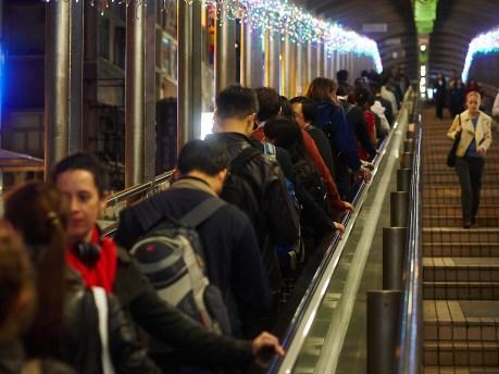 Verdens lengste rulletrappsystem snur kl. 10 om morran. Før ti tar den folk ned fra Midlevels ned til forretningsområdet i Central. Etter klokka ti tar den folk andre veien.