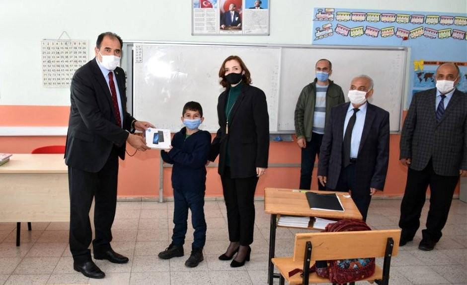 Erzincan'da 38 öğrenciye tablet hediye edildi