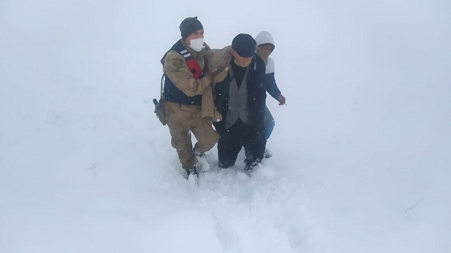 Kırsal alanda donma tehlikesi geçiren vatandaşı jandarma kurtardı