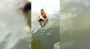 Çıplak elle balık tutan adamın yeteneği şaşırttı