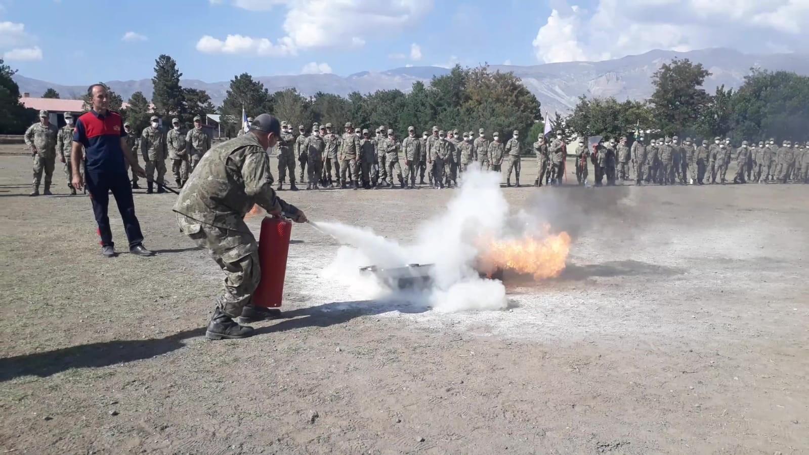 İtfaiyeden kışladaki askerlere yangın eğitimi