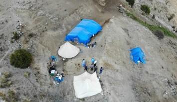 (Özel) Erzincan'ın sarp dağlarını aşan sağlıkçılar 2 bin 800 rakımlı Geyikli Yaylasında göçerleri aşıladı