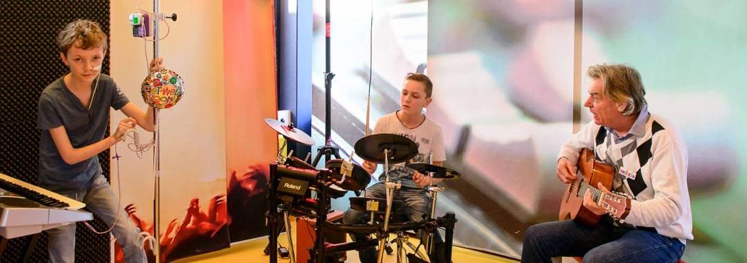 Muziekids muziekvrijwilligers en patiënten maken samen muziek