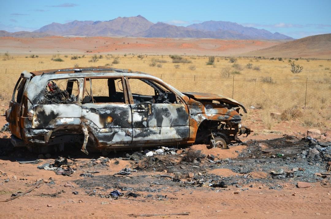 Uitgebrande auto in de woestijn in Namibië
