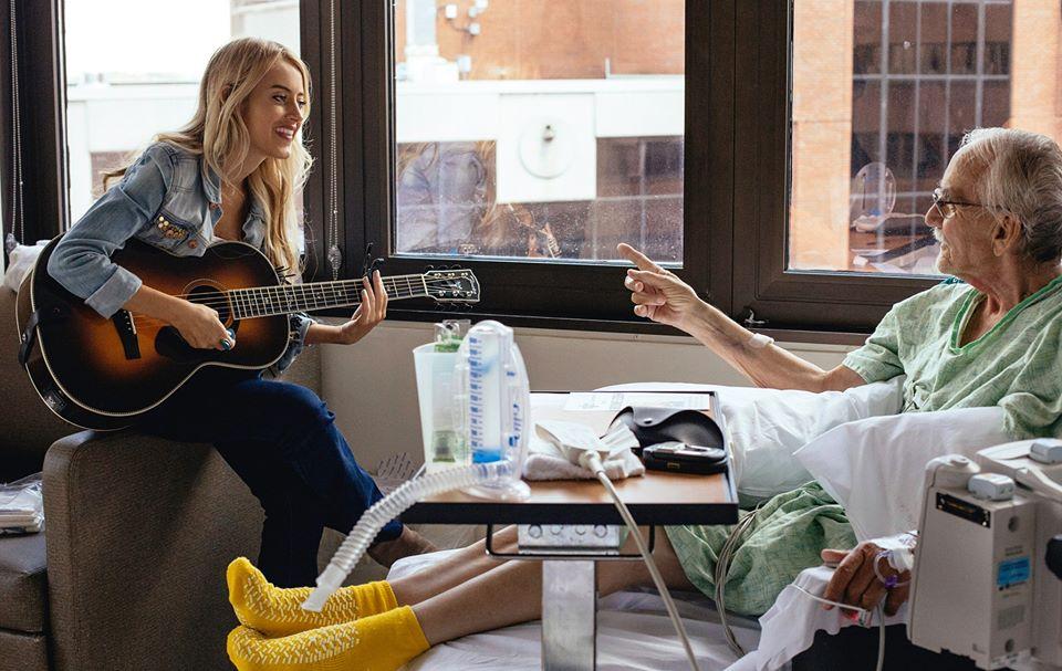 Musicians on Call muzikante aan bed bij een patiënt