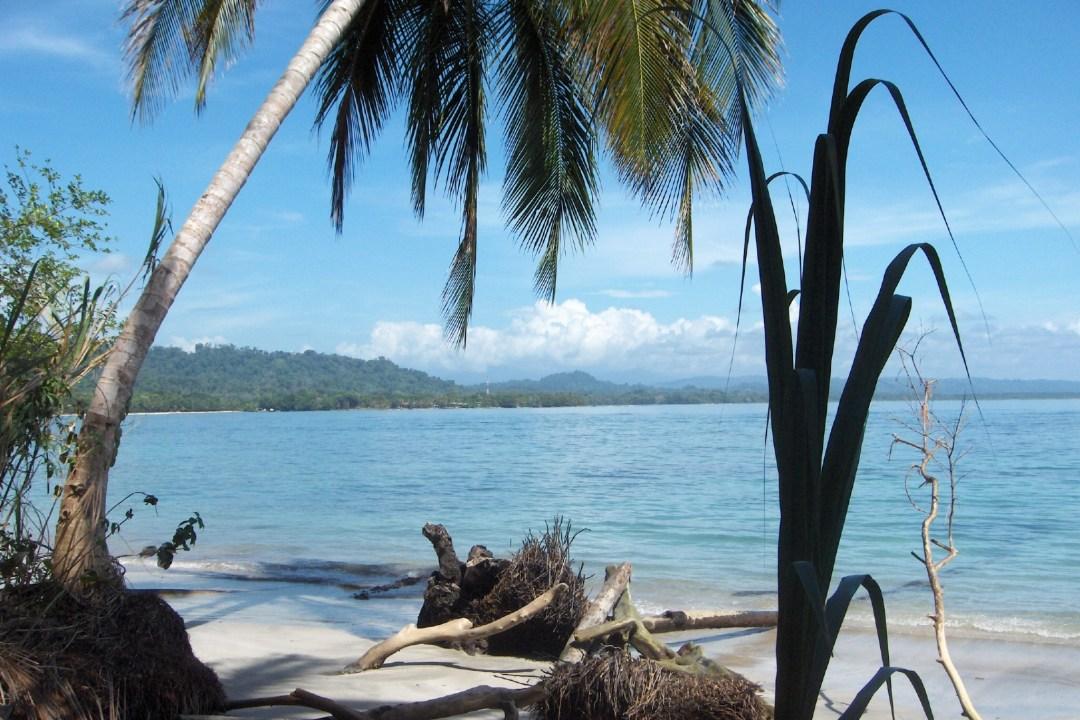 Op het strand aan de kust in Costa Rica
