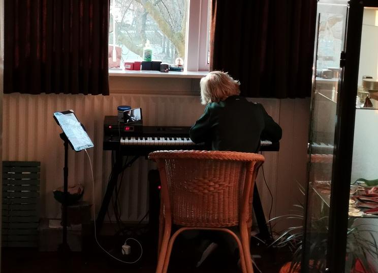 Tijs krijgt online muziekles piano tijdens de corona periode