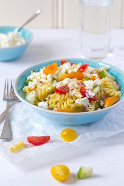 Pastasalade met tomaatjes, olijven en feta