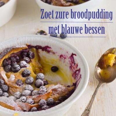 Zoet zure broodpudding met blauwe bessen