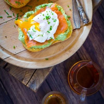 Sandwich gepocheerd ei zalm en avocado