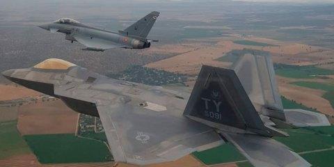 USAF F-22 y Tifones de la Fuerza Aérea Española entrenan en España