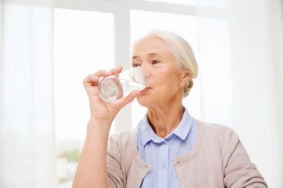 deshidratación en personas mayores agua potable de anciana