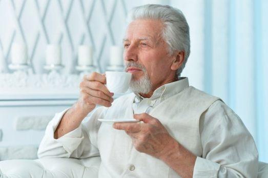 deshidratación en personas mayores senior hombre tomando café