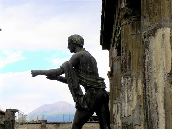 Lo Que Debes Ver En Las Ruinas De Pompeya El templo de Apolo Estatua