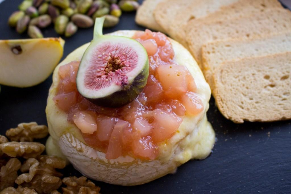 Brie al horno con compota de peras e higos