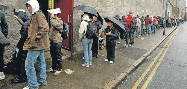 Queue outside a soup kitchen. Photo from the blog «Verdad y justicia, por Dios»