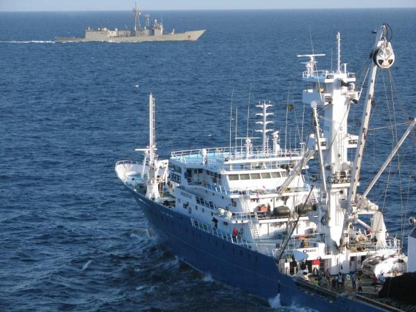 Barco de guerra defendiendo a un pesquero