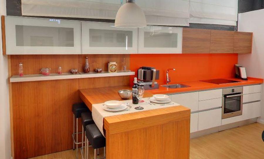 Foto Cocina Nogal Encimera Naranja de Enzzo Studio