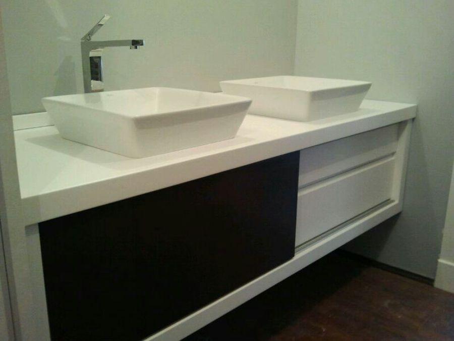 Foto Mueble de Bao Lacado en Blanco y Negro de