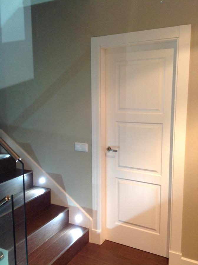 Foto Puerta 3 Cuadros Lacada Blanco con Plintos de Bordon