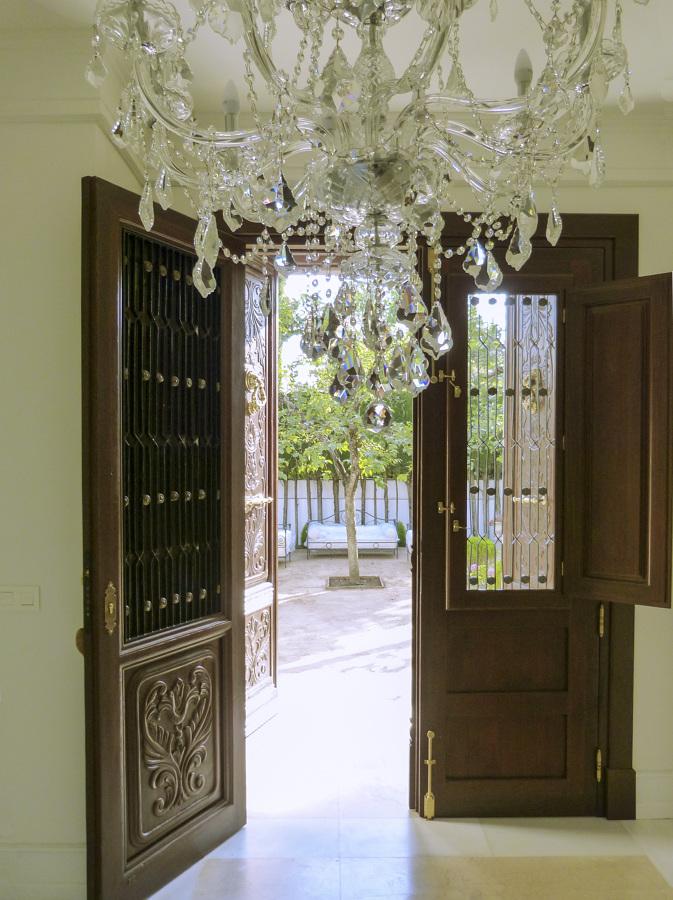 Foto Puerta de Madera con Ventanas y Rejas de Forja con