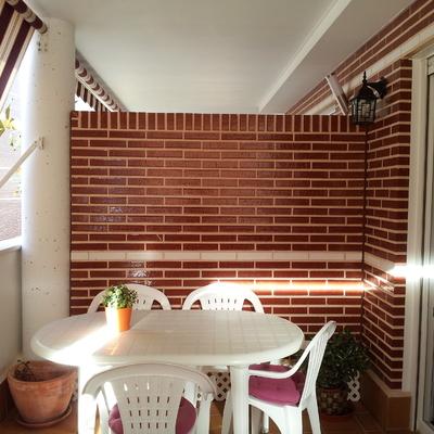 Instalar cristal separador entre terrazas sobre muro de