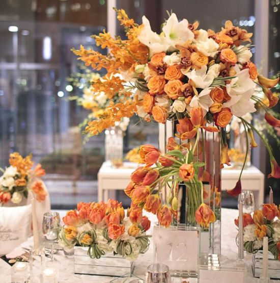 Centro mesa boda con flores naranja y blancas  Handspire