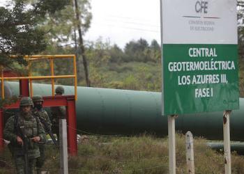 Soldados patrullando planta eléctrica en el estado de Michoacán