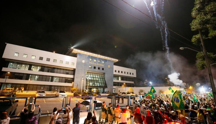 Juez prohíbe protestas y acampadas cerca del recinto donde Lula está preso
