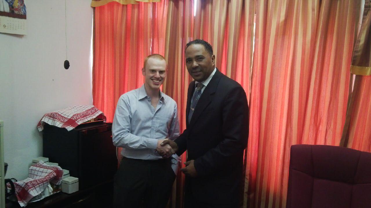 El director ejecutivo de Coinapult, Ira Miller, y Kenneth Darroux, ministro de Ambiente y Planeamiento de Dominica.