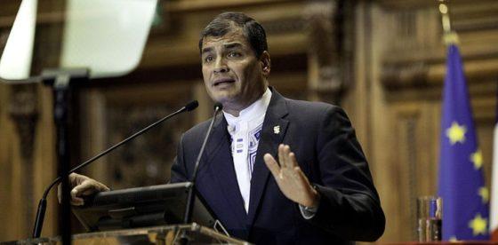 Nueva forma de protesta en Ecuador: multitud recibe a Correa con lluvia de huevos