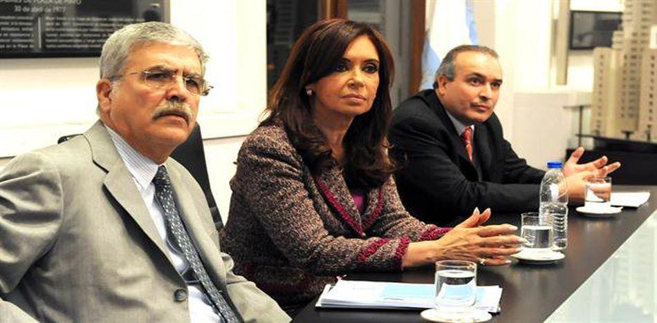 En la imagen la expresidente junto a De Vido y José López, detenido luego de intentar esconder una fortuna en un convento. (Twitter)