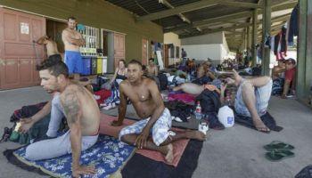 Migrantes cubanos esperan poder seguir camino al norte en un albergue en Costa Rica. (La Nación)