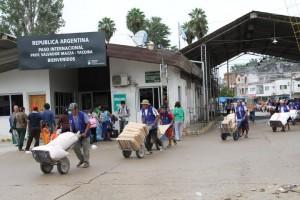 Bolivianos arrazan en los comercios argentinos de Salvador Mazza. (Aerom)