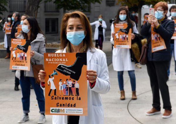 Los médicos protestan contra el maltrato al sector, convocado por el Comité Ejecutivo de la Confederación Estatal de Sindicatos Médicos (CESM), y reclaman una atención sanitaria de calidad durante una manifestación frente al Parlamento español, en Madrid, el 27 de Octubre del 2020, que marca el inicio de una Huelga indefinida que tendrá lugar el último Martes de cada mes. (Foto de PIERRE-PHILIPPE MARCOU / AFP a través de Getty Images)