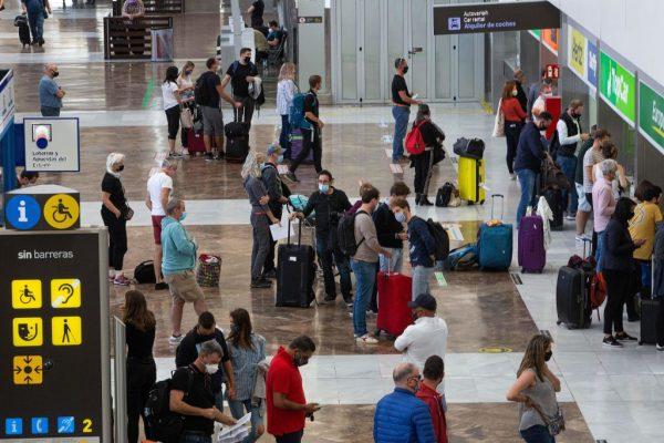 Turistas hacen cola para alquilar coches a su llegada al aeropuerto Reina Sofía Tenerife-Sur en la isla canaria de Tenerife (España) el 31 de Octubre del 2020. (Foto de DESIREE MARTIN / AFP a través de Getty Images)