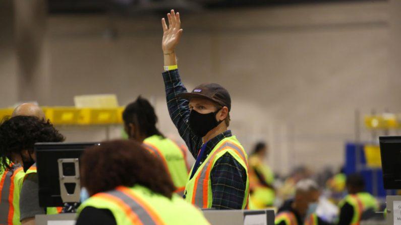Los Trabajadores electorales cuentan las boletas del 4 de Noviembre del 2020 en Filadelfia, Pensilvania. (Spencer Platt/Getty Images)
