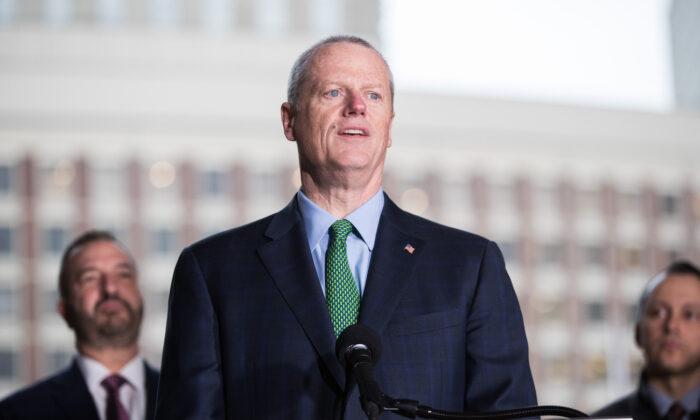 El Gobernador de Massachusetts Charlie Baker habla durante una conferencia de prensa en Boston (Massachusetts) el 13 de Marzo del 2020. (Scott Eisen/Getty Images)