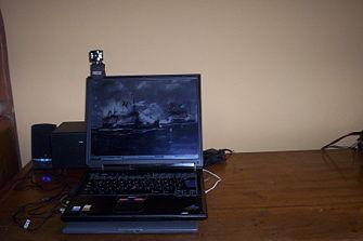 Una portátil negra resalta las motas de polvo haciéndola aparecer sucia.