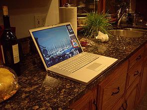 Un MacBook Pro, cuyo cuerpo es metálico y de color blanco disimula bastante bien la suciedad en la carcasa, pero no en la pantalla.