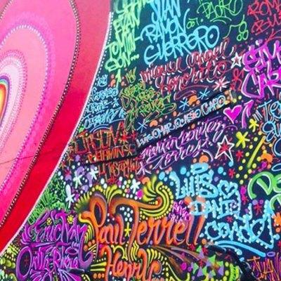 Artista del graffiti crea un mural con los nombres de las víctimas