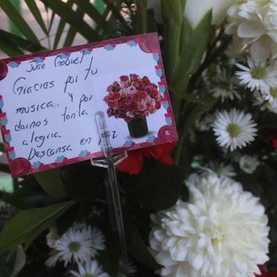 """Un mensaje que dice """"Juan Gabriel, gracias por tu música y por darnos tanta alegría. Descansa en paz"""" junto a un arreglo floral fuera de la casa del superastro mexicano Juan Gabriel en Ciudad Juárez, México, el domingo 28 de agosto de 2016. Su publicista dijo a The Associated Press que murió en su casa en Santa Mónica, California. El cantante, cuyo nombre verdadero era Alberto Aguilera Valadez, nació en 1950 y compuso cerca de 1.500 canciones. (Foto AP/Raymundo Ruiz)"""