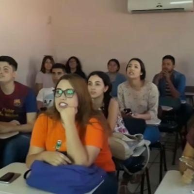 Alumnos cantan La Chona
