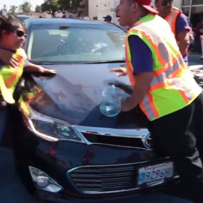 #Demente: Conductor embiste a multitud en marcha proinmigrante en California