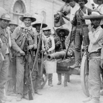 Rebeldes con un cañón improvisado durante la Revolución mexicana.