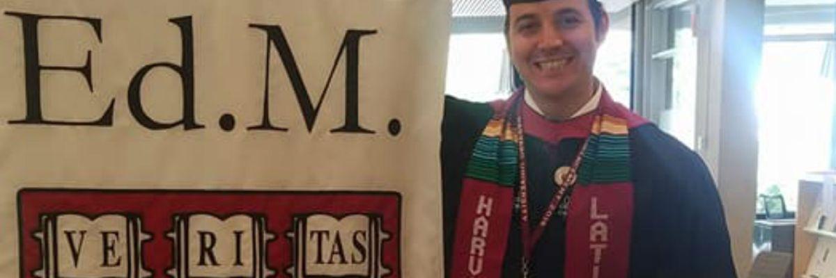 #VivaMéxico: Se graduó de Harvard vistiendo los colores del zarape
