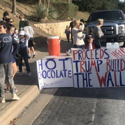 Niño vende chocolate caliente para reunir fondos para el muro de Trump