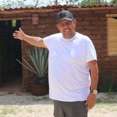 Este mexicano encontró la forma de usar el sargazo; lo transforma para crear casas