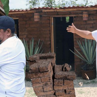 Ante crisis, países piden ayuda a mexicano que hace casas con sargazo